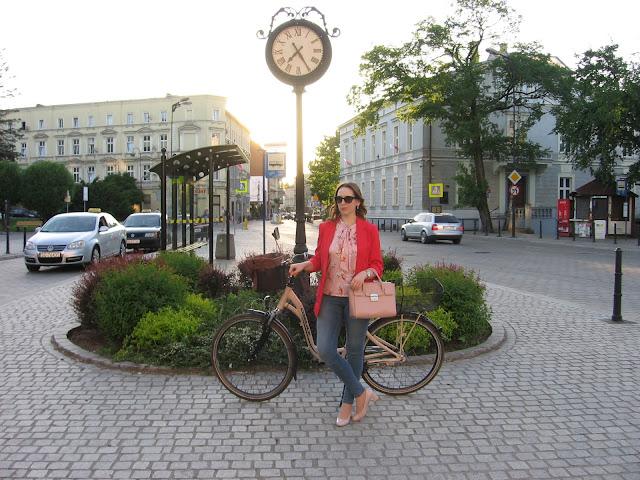 Projekt wiosna, miasto i rower – stylizacja z czerwoną marynarką i pudrowymi dodatkami