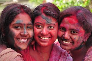 http://www.bharatviajes.com/viajes-a-india/viajes-en-grupo/item/94-celebra-holi-en-la-india-26-feb-8dias.html