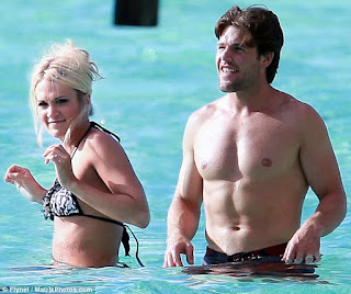 Mike Fisher Wife Carrie Underwood Swimming Pool