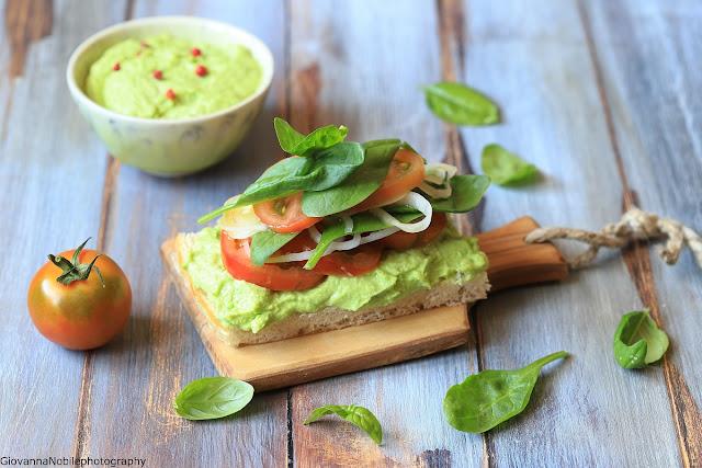 Sandwich con crema di robiola e piselli e spinacini