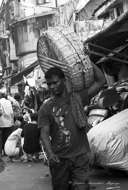 porter, chor bazaar, mumbai, monochrome monday, black and white weekend, street, street photography, streetphoto, india,