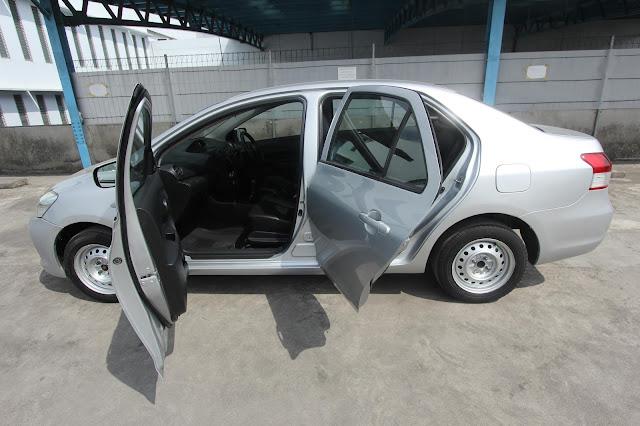 Modifikasi Mobil Sedan Putih