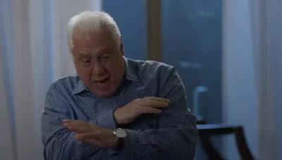 Alberto (Antonio Fagundes) diz que mata Diogo (Armando Babaioff) pelo que ele está fazendo com sua família — Foto: Globo