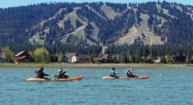Passeios aquáticos no lago em Big Bear Mountain