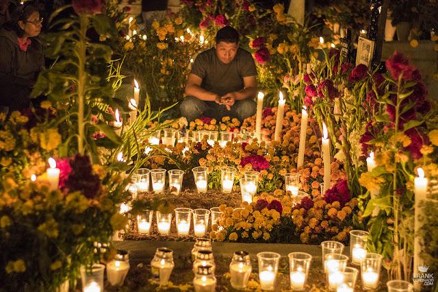 Joven en el panteón el día de muertos en Oaxaca