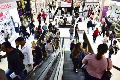 Consumo de fim de ano anima setor de comércio a contratar mais temporários no RN