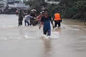 Air Sungai Meluap ke Badan Jalan, Anggota TNI di Subulussalam Bantu Warga Melintas