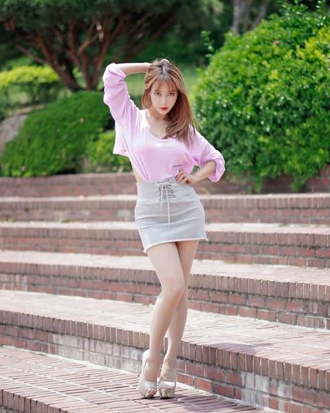 Sexy Korean babe wearing grey skirt [5pics]