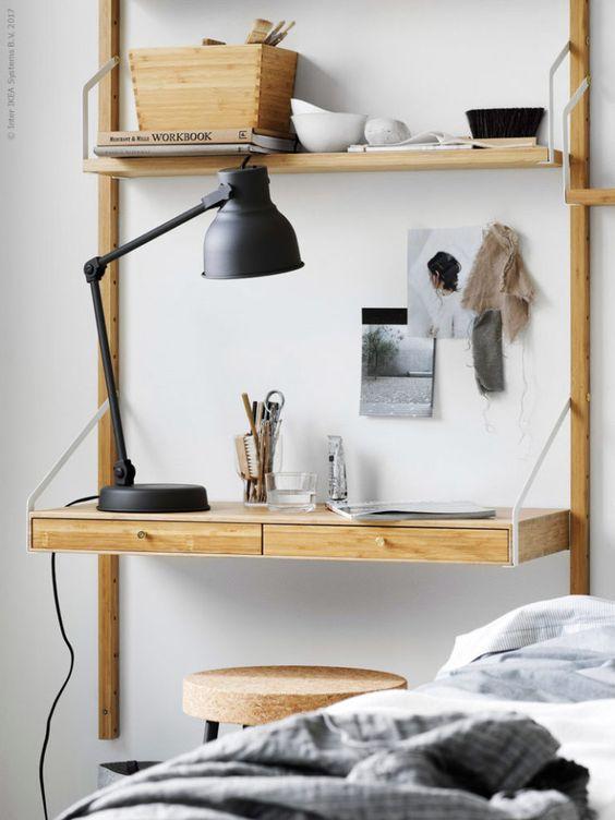 małe biurko obok łóżka