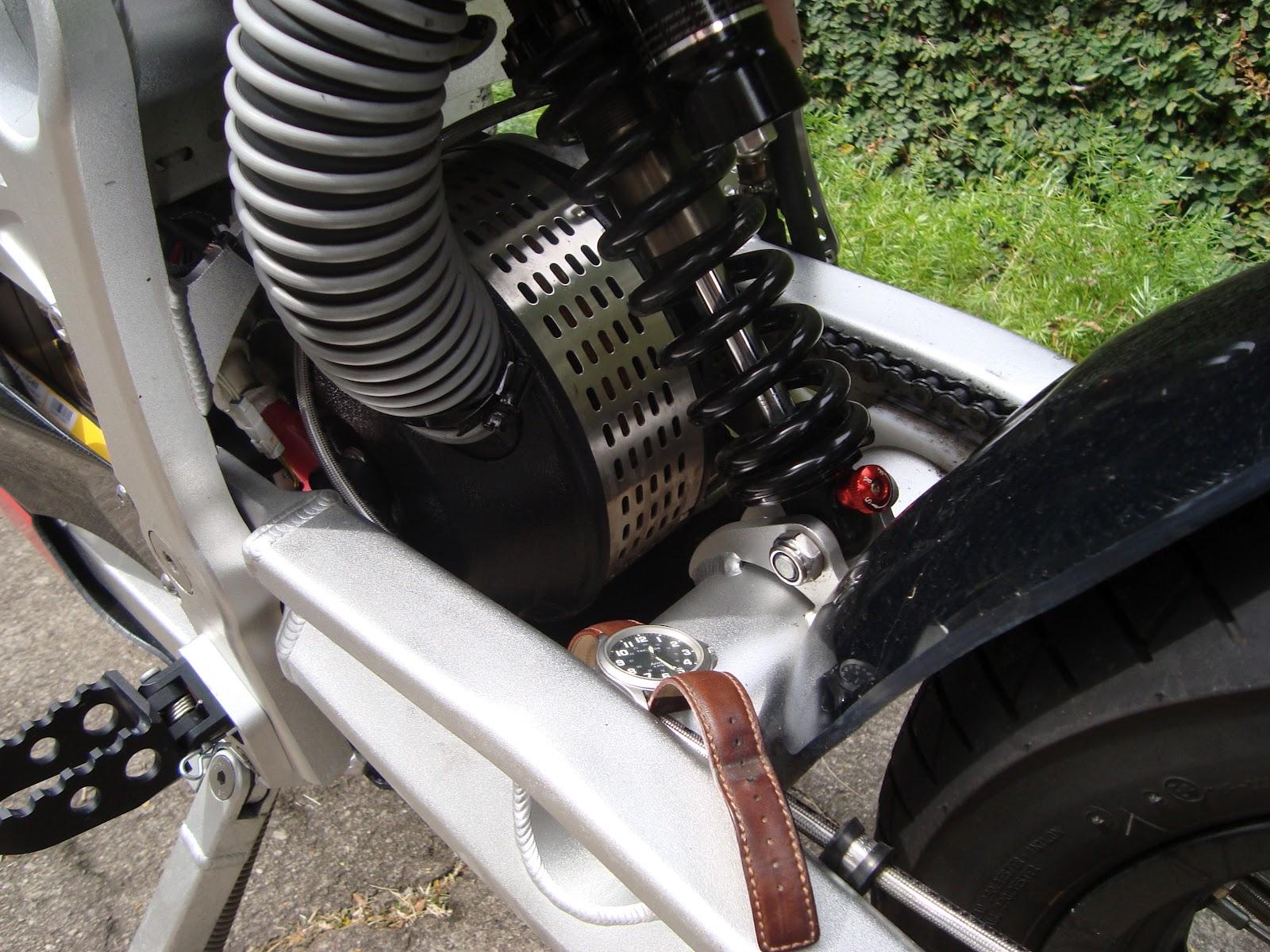 be87d9db839 O motor elétrico de 25 cv tem formato de uma caçarola e seu tamanho pode  ser avaliado comparando-o com o relógio de pulso colocado perto para essa  ...
