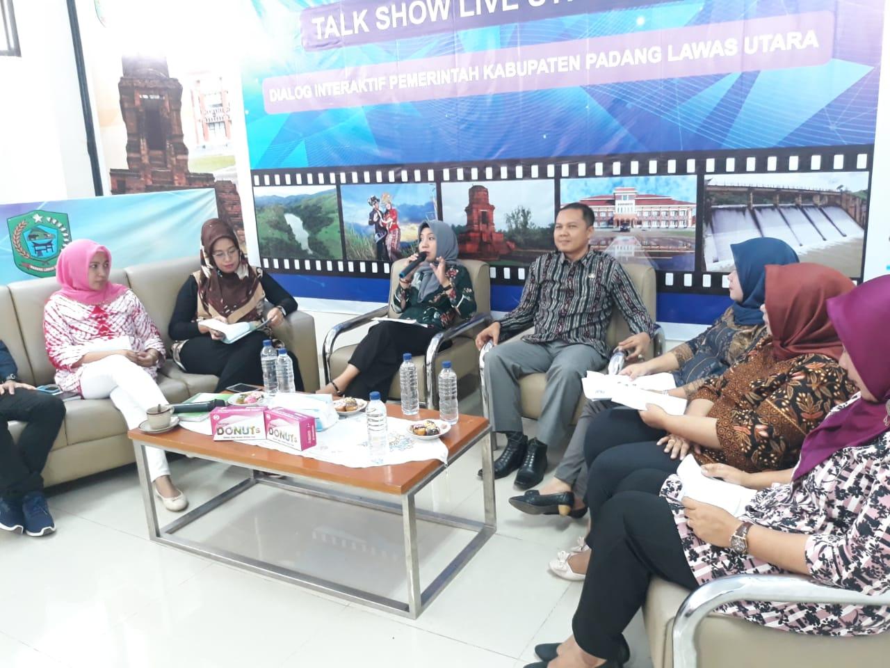 Plt.Kadis Kesehatan Paluta dr.Sri Prihatin Harahap,M.Kes  saat menjelaskan Program akreditasi dan tahapannya kepada Plt. Kadis kominfo Paluta Anwar Sadat Siregar,S.E,M.Si yang berperan sebagai Moderator live streaming.