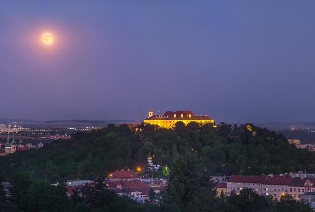Trăng tròn mọc lên ở Brno. Tác giả: Petr Horálek.