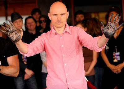 Foto de Billy Corgan mostrando sus manos