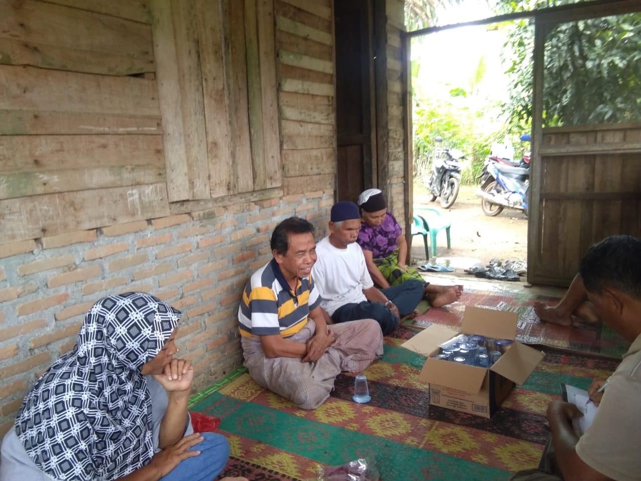 Sembol Ginting (dua dari kiri) saat berkonsolidasi dengan beberapa pengurus persatuan pada Rabu (20/3) sore di desa Biru-biru.