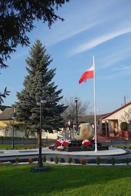 Pomnik Wolności w Sarzynie na odnowionym skwerze