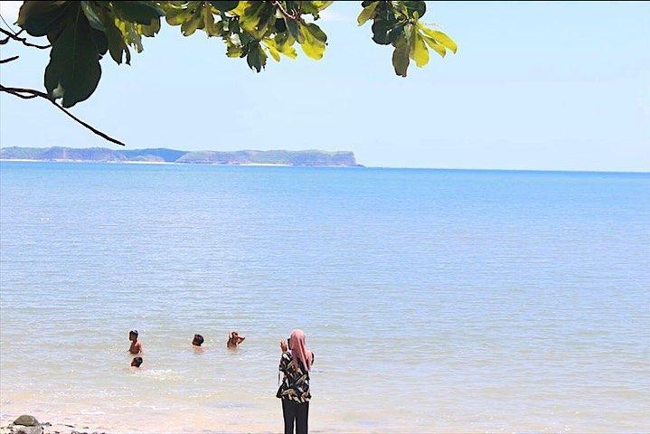mandi laut di ujung kelor Lombok