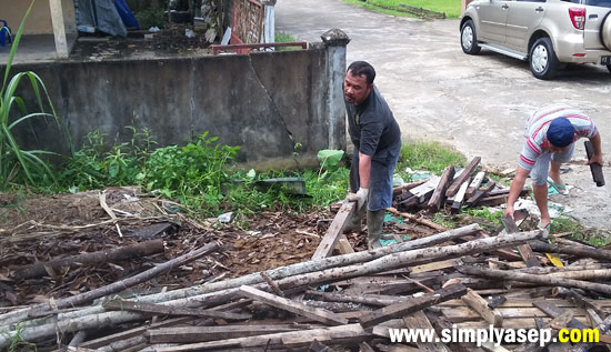 TURUN : Ketua Pembangunan Masjid Babussalam Duta Bandara Kubu Raya, Pak Ustad Ir.H. Rudyanto Putro turut turun bersama sama jamaah dan warga Komplek mengangkut kayu dan papan. Foto Asep Haryono