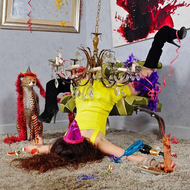 IN EXTREMIS - Fotógrafo cria composições absurdas e criativas de pessoas em momentos inusitados