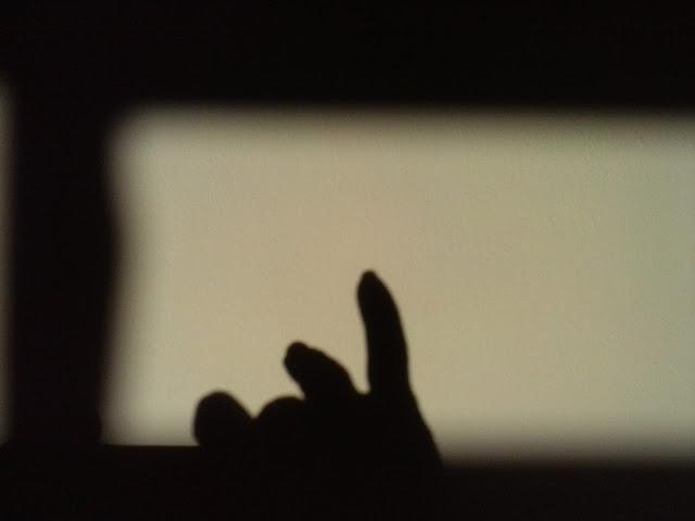 Sombras, luz, mãos, parede
