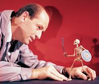 Ray Harryhausen con uno de los esqueletos de Jasón y los argonautas