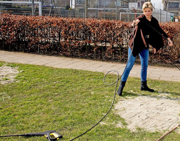 Queen Maxima and King Willem-Alexander voluntering for NLDoet at the playground Vreugdeoord in Alphen