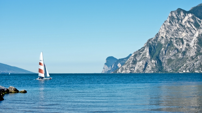 Wallpaper: Sailing Yacht in Torbole sul Garda
