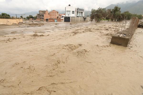 El río Taquiña se desbordó la tarde del martes en Cochabamba / APG