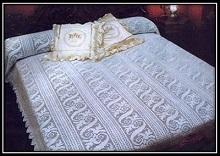 Ajurnoe pokrivalo svyazannoe kryuchkom v fileinoi tehnike so shemoi vyazaniya (3)