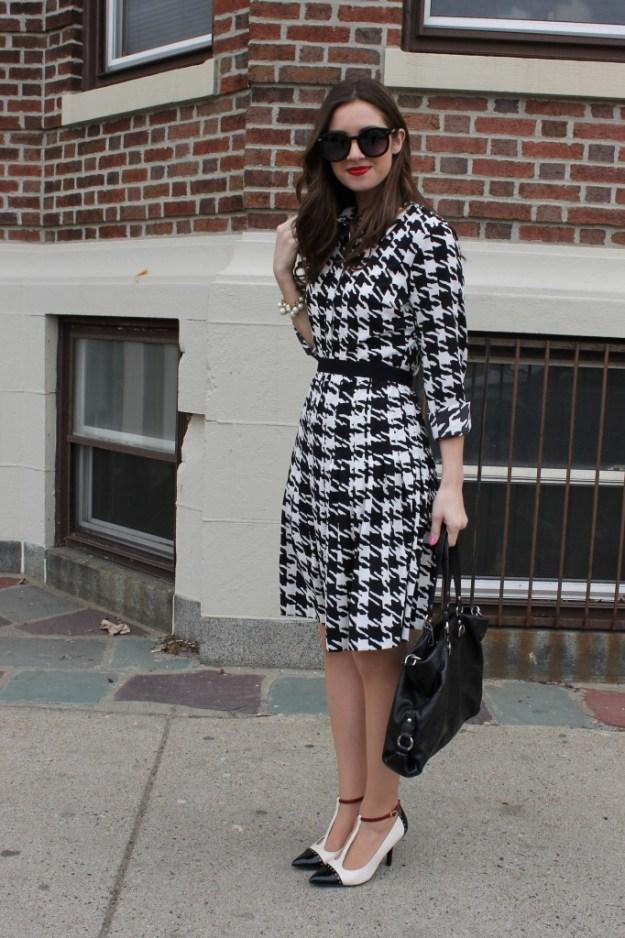 Vestido blanco con negro con que zapatos combinar