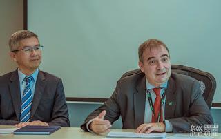 胡日新(右)說明離岸風電專案融資評估機制