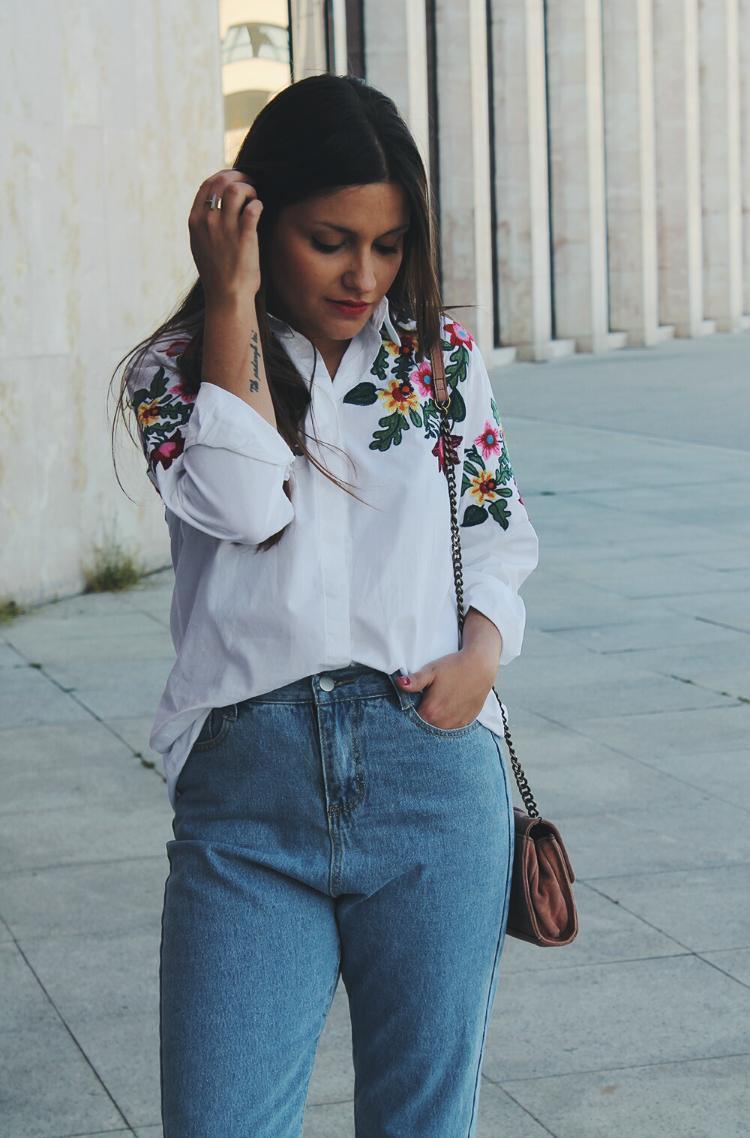look con camisa de flores bordada y vaqueros