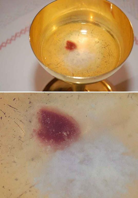 A hóstia que devia se dissolver começou a transudar sangue e formar tecido (foto acima). Embaixo ampliação.