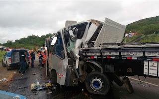 Acidente entre micro-ônibus e caminhão deixa 2 mortos e 31 feridos em rodovia do Nordeste