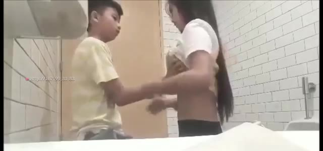 Bocah SMP lagi Belajar Ngentot di Toilet