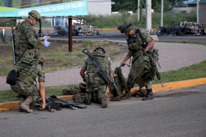 """Familiares de militares atacados en Sinaloa, """"decepcionados"""" con mexicanos; EPN se reunirá con ellos"""
