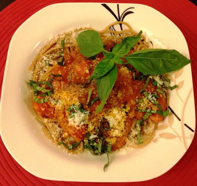Spaghetti w sosie pomidorowym ze świeżą bazylią