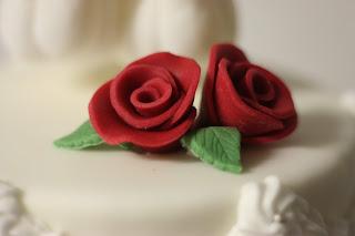 Rote Rosen auf der Hochzeitstorte, Herbsthochzeit in den Bergen von Garmisch-Partenkirchen, Hochzeitslocation in Bayern, Riessersee Hotel - Bordeaux, rote Rosen, herbstlich