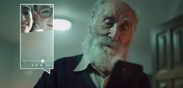 Un abuelo haciendo videollamada