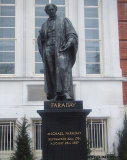 patung michael faraday