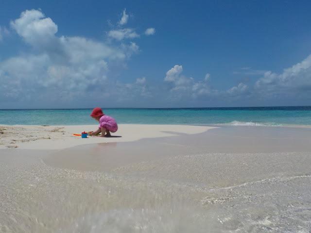 lapsi leikkii hiekassa rantaleluilla