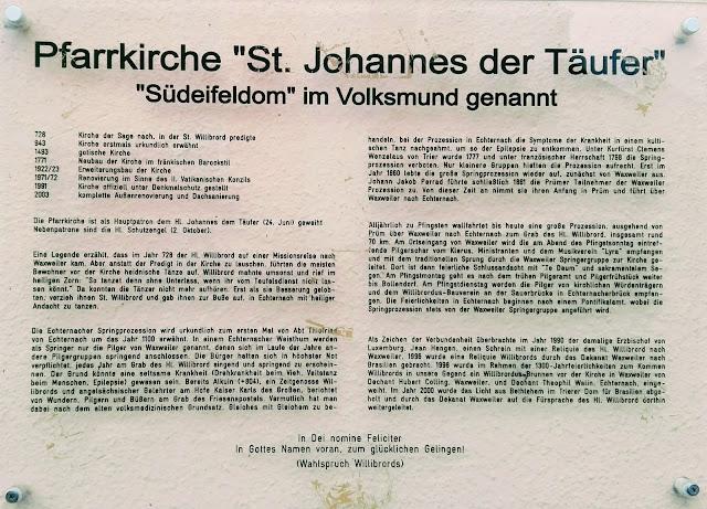 Bord op Johannes de Doperkerk in Waxweiler.
