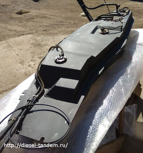 Вид бака на Паджеро с датчиком, топливозаборником, вентиляцией и горловиной.