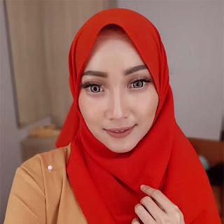 Dahlia Wahyuni Pakai Jilbab