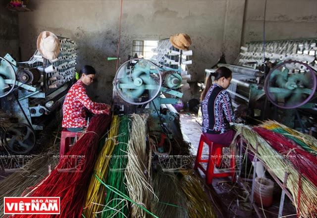 Nhiều gia đình đầu tư máy dệt chiếu để năng cao chất lượng sản phẩm.