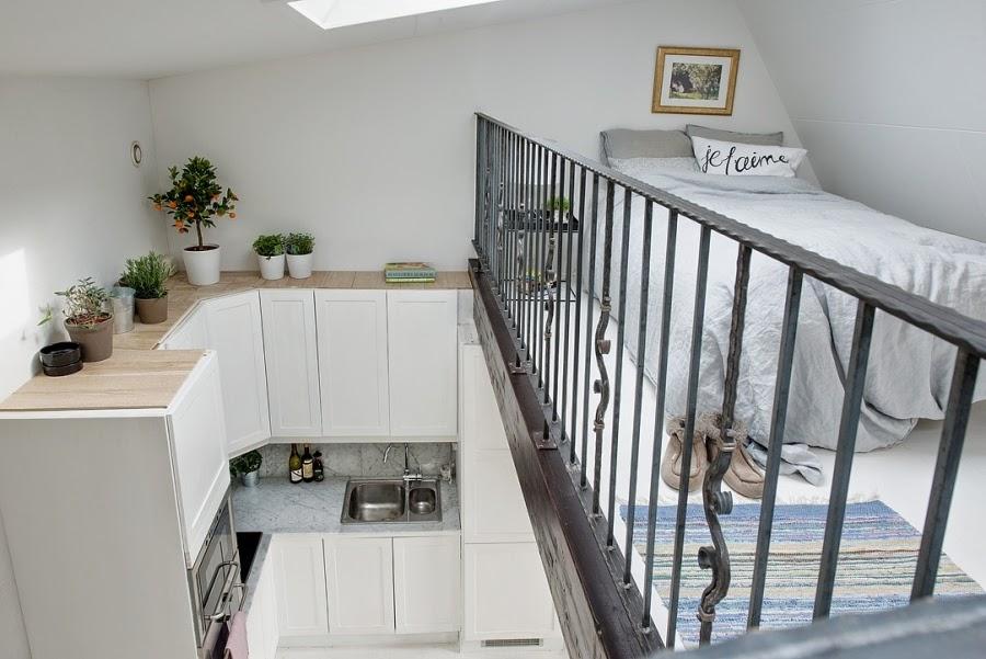 Białe mieszkanie na poddaszu, wystrój wnętrz, wnętrza, urządzanie domu, dekoracje wnętrz, aranżacja wnętrz, inspiracje wnętrz,interior design , dom i wnętrze, aranżacja mieszkania, modne wnętrza, styl klasyczny, styl skandynawski, kuchnia