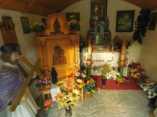 Wnętrze kapliczki.