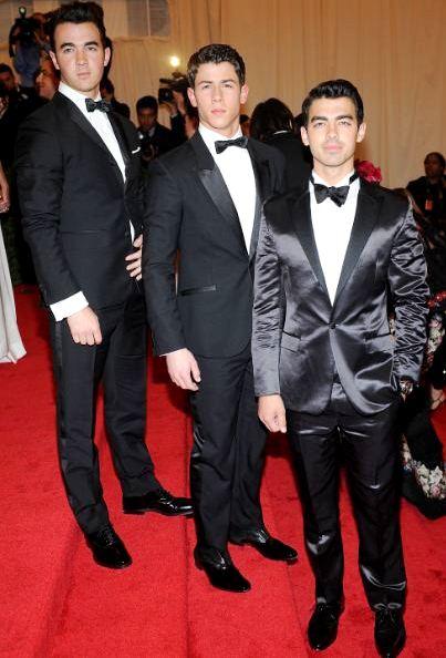 Foto de los Jonas Brothers con Smoky negro