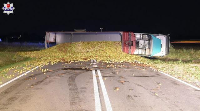 zdjęcie: policja/Łuków: Rozsypane jabłka zablokowały DW-808, ranny 19- latek