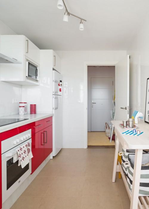 cocina blanca con armarios inferiores rojos chicanddeco