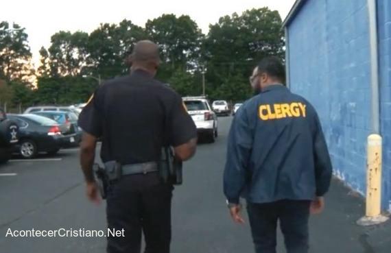 Policía y pastor patrullan calles